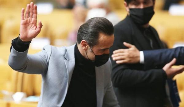 علی کریمی,کنایه علی کریمی به عزیزی خادم