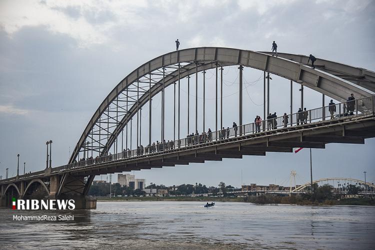 تصاویر تفریح پر خطر بر روی پل سفید,عکس های پل سفید,تصاویری از تفریح جوانان بر روی پل سفید