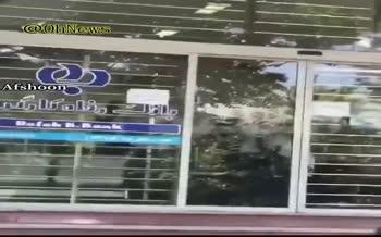 فیلم منتشر شده از ضرب و شتم یک زن توسط کارمندان بانک رفاه