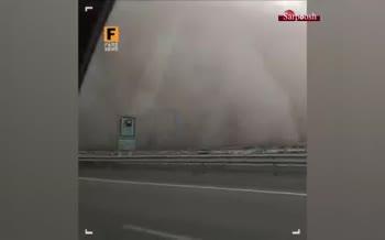 فیلم/ لحظه ورود طوفان خاک به اتوبان قم - کاشان