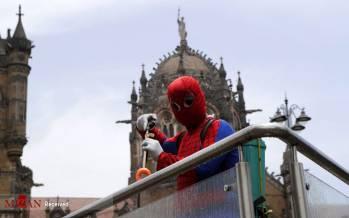 تصاویر مرد عنکبوتی در هند,وعکس های مرد عنکبوتی برای نجات شهر بمبئی,تصاویر کمک مرد عنکبوتی به مردم هند