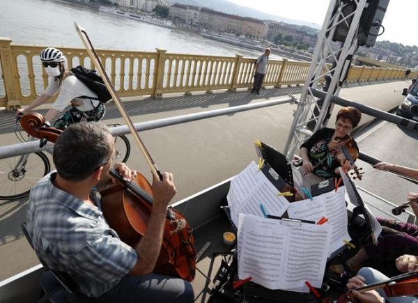 ارکستر جشنواره بوداپست,کنسرت بر روی کامیون