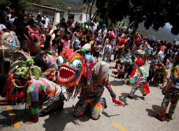 تصاویر شیاطین رقصنده خواستار پایان کرونا,عکس های شیاطین رقصنده در ونزوئلا,تصاویر شیاطین رقصنده ونزوئلایی