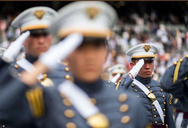 تصاویر جشن فارغ التحصیلی دانشجویان آکادمی نظامی آمریکا,عکس های دانشجویان آکادمی نظامی آمریکا،تصاویر وزیر دفاع آمریکا در جشن فارغ التحصیلی دانشجویان آکادمی نظامی