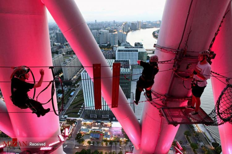 تصاویر پیاده روی با طناب روی بلندترین برج تلویزیونی چین,عکس های پیاده روی با طناب,تصاویر پیاده روی با طناب در چین