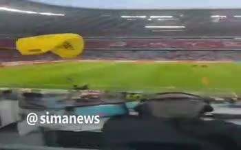 فیلم | جیمی جامپی که با چتر وسط بازی آلمان - فرانسه فرود آمد