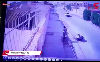 فیلم/ سرقت دریچههایسنگین فاضلاب توسط یک زن