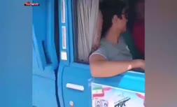 فیلم/ یکی از شهروندان خوزستانی به راننده خودرو: جان خودت برگرد. ما آب معدنی نمیخوایم