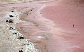 تصاویر سرخ شدن دریاچه ارومیه,عکس های دریاچه ارومیه,تصاویر دریاچه ارومیه به رنگ قرمز