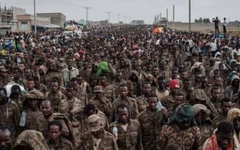 تصاویر پیاده روی ۷۵ کیلومتری ۷ هزار سرباز اسیر ارتش اتیوپی,عکس های پیاده روی سربازان اتیوپی,تصاویر سربازان اتیوپی