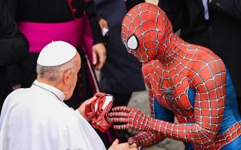تصاویر هدیه مرد عنکبوتی به پاپ فرانسیس,دیدار مرد عنکبوتی و پاپ,تصاویر دیدار مرد عنکبوتی با پاپ فرانسیس