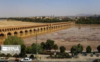 تصاویر جاری شدن آب در زاینده رود,عکس های خوشحالی مردم از ورود آب به زاینده رود,تصاویر استقبال مردم اصفهان از جاری شدن آب در پل خواجو