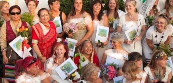 ازدواج هفتاد زن انگلیسی با درختان,ازدواج زنان با درختان