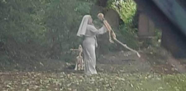حرکات عجیب زن راهبه با اسکلت در قبرستان,حرکات عجیب یک زن راهبه در قبرستان