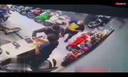 فیلم هولناک از لحظه قمه کشی در موتورسیکلت فروشی