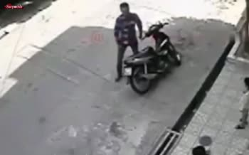 فیلم/ لحظه سرقت بیرحمانه یک موتورسوار از یک دختربچه بیپناه