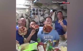 فیلم/ جشن پیتزا در فضا
