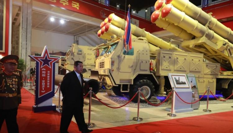 تصاویر نمایشگاه تجهیزات نظامی در پیونگ یانگ,عکس های نمایشگاه تجهیزات نظامی در کره شمالی,تصاویری از نمایشگاه تجهیزات نظامی در پیونگ یانگ