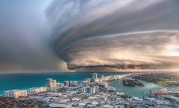 فیلم   تصاویری آخرالزمانی از گردباد شاهین در سواحل عمان