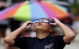 تصاویرتماشای خورشید گرفتگی در آمریکا,عکس های تماشای خورشید گرفتگی,تصاویرعینک های مخصوص تماشای خورشید گرفتگی,