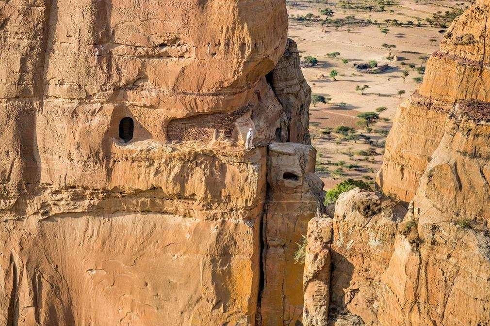 تصاویرکلیساهایی در میان صخرهها,تصاویر کلیساهایی با مسیر صعب العبور در میان صخرهها,تصاویرعجیب ترین کلیساها,