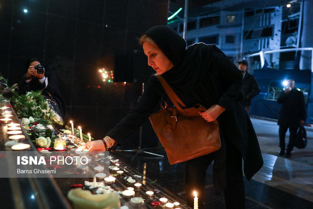 تصاویرادای احترام به جانباختگان نفتکش سانچی,تصاویر همدردی مردم و هنرمندان با خانوادههای جانباختگان حادثه نفتکش ایرانی سانچی,تصاویر حضورمردم در محل شرکت ملی نفتکش,