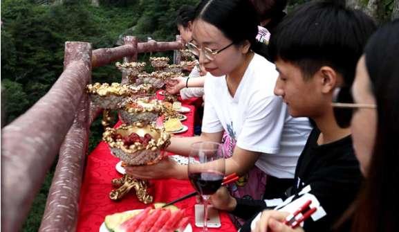تصاویر صرف نهار درکوه لائوجون,عکس های بازدید کنندگان چینی کوه لائوجون,تصاویر صرف نهار چینیها درکوه لائوجون