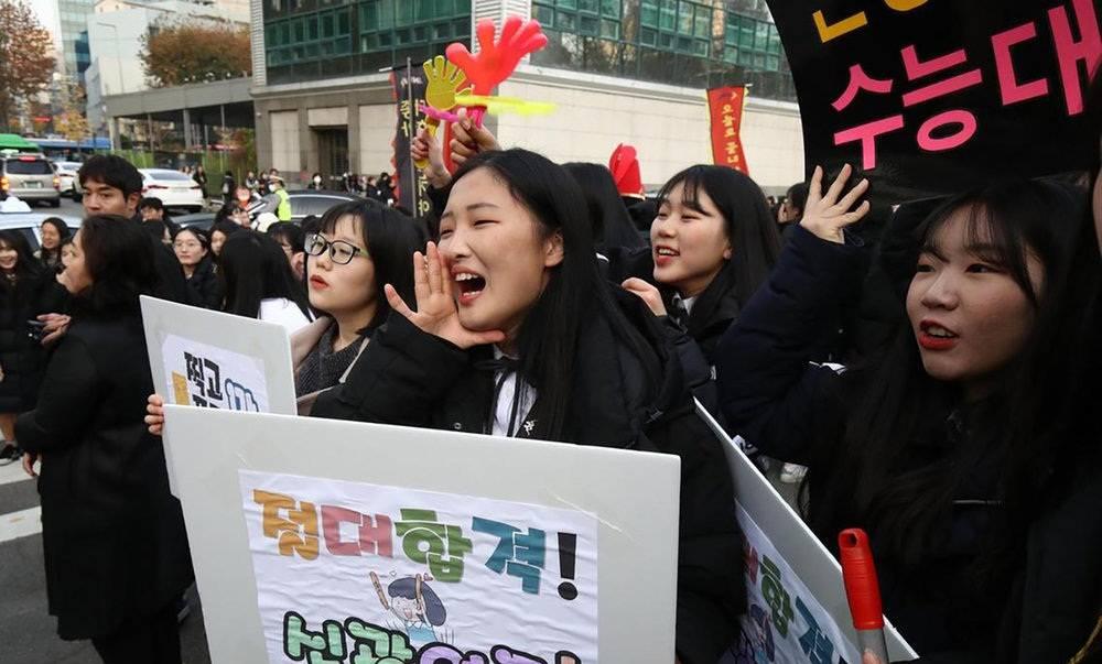تصاویر دیدنی از کنکور در کره جنوبی,عکس های دعا کردن کره جنوبی ها,تصاویر آزمون کنکور در کره جنوبی