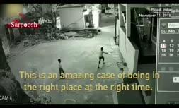 ویدئو/ نجات معجزه آسای کودک هندی از مرگ حتمی