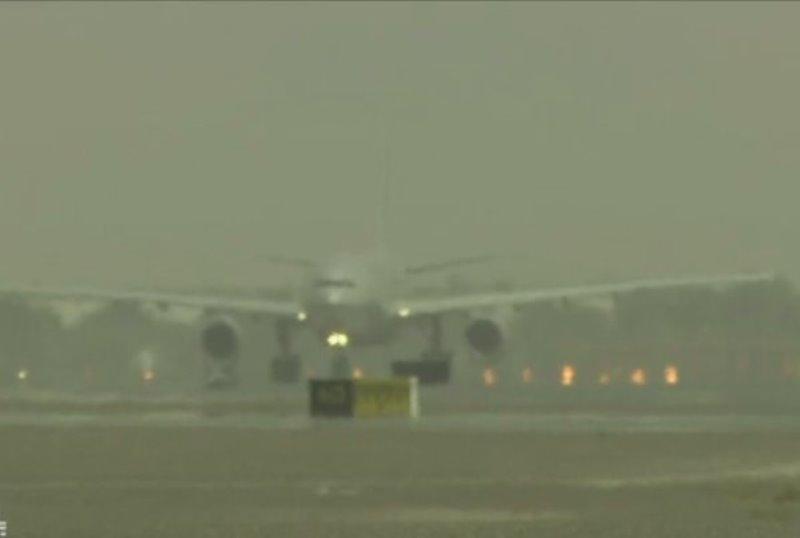 توقف در پروازهای فرودگاه مشهد/ با مساعد شدن شرایط جوی پروازها از سرگرفته خواهد شد