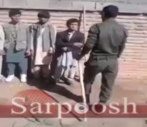فیلم/ رفتار زشت یک سرباز ایرانی با مهاجرین افغانستانی