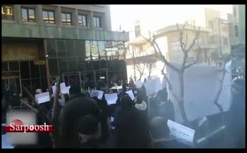 فیلم/  تجمع علیه خودروسازان مقابل وزارت صنعت