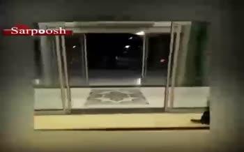 فیلم/ آیت الله جزایری در بازگشت از سفر انگلیس؛ استقبال و دست بوسی امام از جمعه اهواز