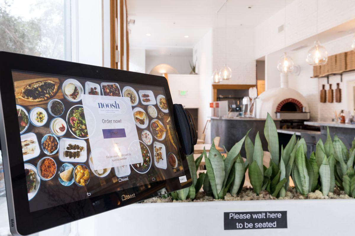 97 12 c32 765 - رستورانی کوچک با فناوریهای بزرگ