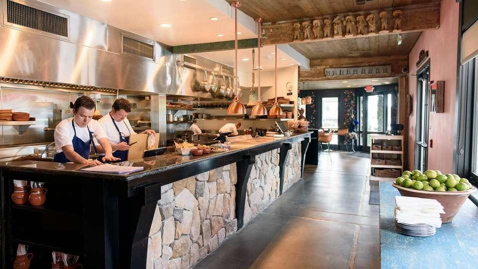 97 12 c32 766 - رستورانی کوچک با فناوریهای بزرگ