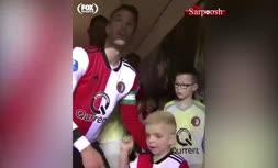 ویدئو/ حرکت جالب رابین ون پرسی با پسربچه ای که همراهش وارد زمین میشه