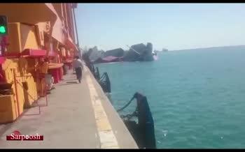 اولین ویدئو از غرق شدن کشتی کانتینری در بندرعباس