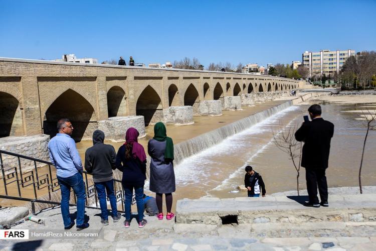 تصاویر جاری شدن آب در زاینده رود,عکس استقبال مردم اصفهان از جاری شدن آب در زاینده رود,تصاویری از زاینده رود در نوروز 98