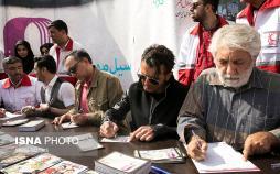 تصاویر جمعآوری کمکهای مردم و هنرمندان برای سیلزدگان,عکس های هنرمندان در حال جمع آوری کمک برای سیل زدگان,عکس های بازیگران در لباس هلال احمر