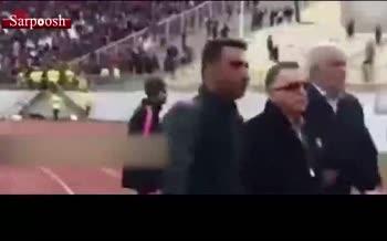 فیلم/ لحظه کتک خوردن مسعود شجاعی از هواداران تراکتورسازی؛ شعار طرفداران و دخالت دخالت پلیس ضدشورش