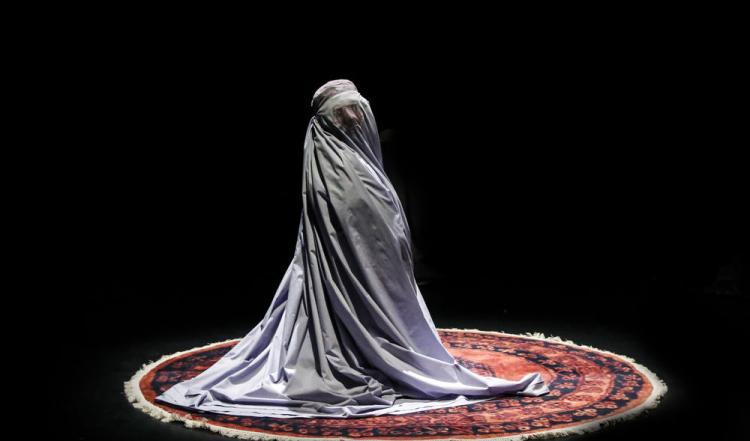 تصاویر نمایش بیوه سیاه بیوه سفید,عکس های نمایش در عمارت نوفل لوشاتو,تصاویر اجرای نمایش تئاتر