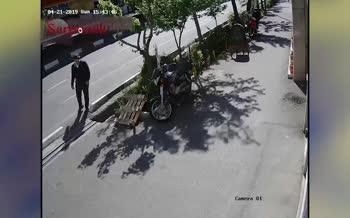 ویدئو/ سرقت تلفنهمراه در خیابان کریمخان تهران