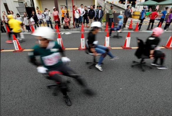 تصاویر مسابقه با صندلیهای چرخدار اداری در ژاپن,عکس های مسابقه در ژاپن,تصامیر مسابقات در شهر هانیو