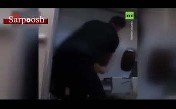 فیلم/ لحظه دستگیری فردی که میخواست پنجره بوئینگ ۷۳۷ را حین پرواز بشکند!