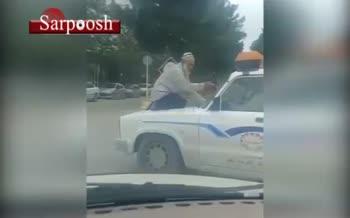 فیلم/ نشستن پیرمرد دستفروش روی ماشین سدمعبر!