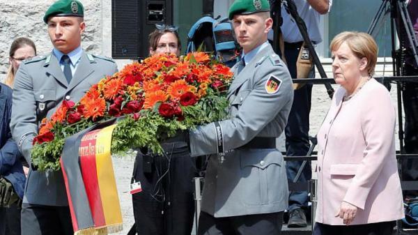 ادای احترام آنگلا مرکل به افسران آلمان,اخبار سیاسی,خبرهای سیاسی,اخبار بین الملل