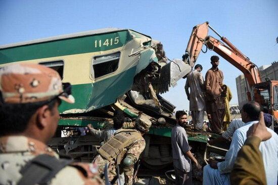 برخورد یک قطار مسافربری با قطاری باری در پاکستان,اخبار حوادث,خبرهای حوادث,حوادث