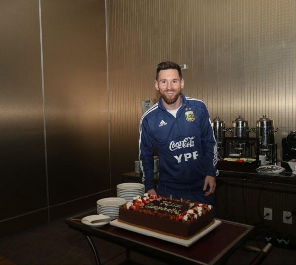 جشن تولد 32 سالگی لیونل مسی با طعم کیک شکلاتی/ عکس