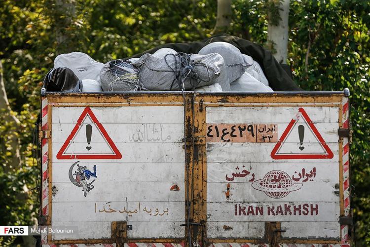 تصاویر توقیف محموله قاچاق پارچه و پوشاک,تصاویر انهدام محموله قاچاق پارچه در تهران,عکس های محموله کشف شده پارچه پوشاک قاچاق در تهران