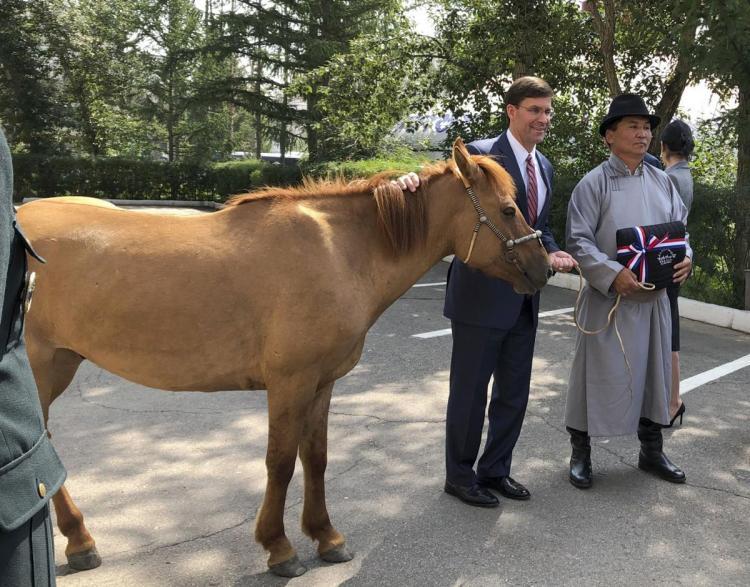 تصاویر وزیر دفاع آمریکا در مغولستان,عکس های مارک اسپر در مغولستان,عکس هدیه دادن یک اسب به مارک اسپر در مغولستان